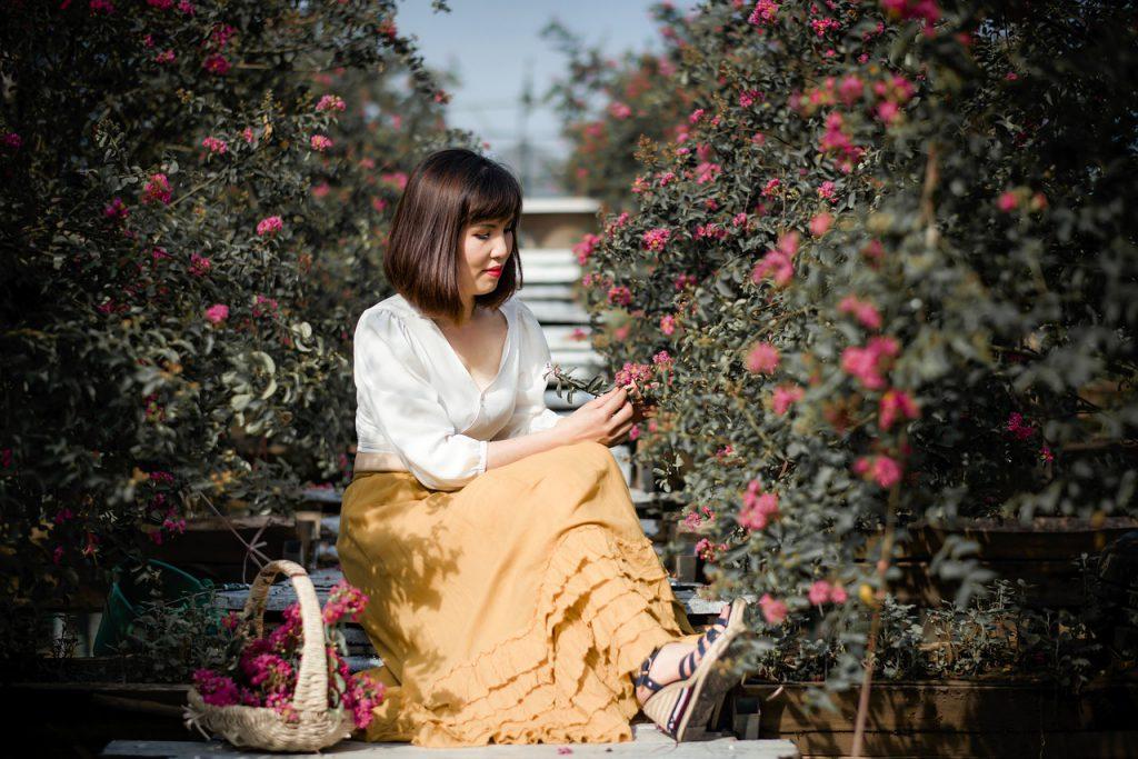 kobieta wśród róż